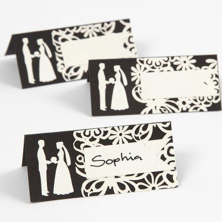 Tischkarten mit Brautpaar in einem Rahmen aus Kartonspitze