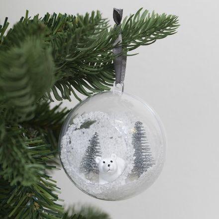 Weihnachtskugel mit Frontöffnung, gefüllt mit Kunstschnee und Figuren