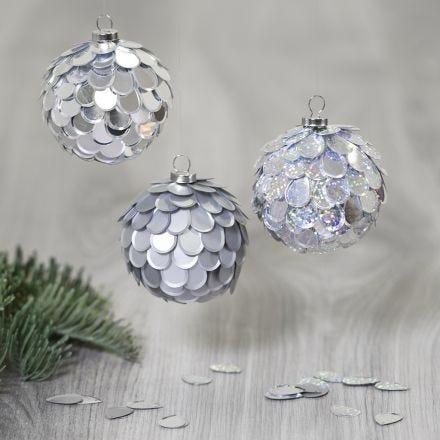Styroporball als Weihnachtskugel mit glitzernden Pailletten, befestigt mit Sticky Base