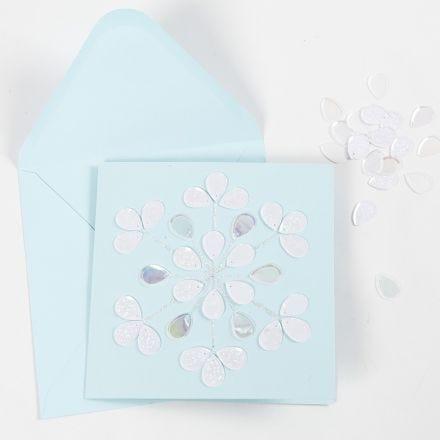 Grußkarte, geschmückt mit Glitzerkleber und Pailletten
