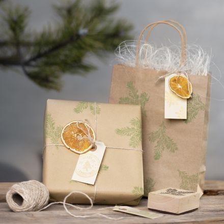 Geschenkverpackung mit Stempel-Design und Naturmaterial