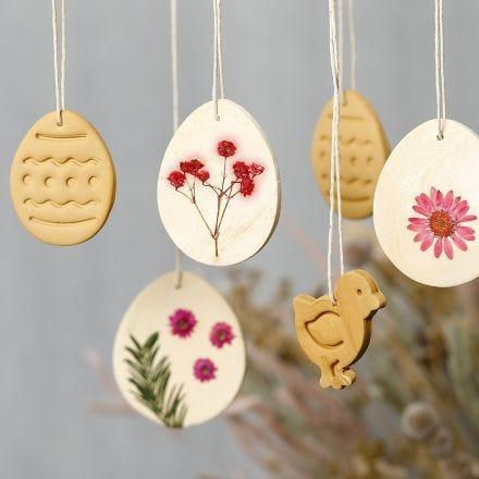Deko-Elemente zum Aufhängen - gebastelt aus selbsthärtendem Ton und Strohblumen