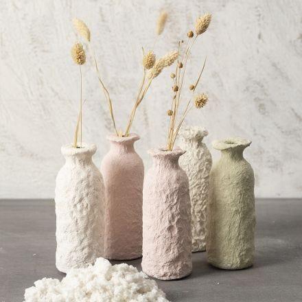 Vase aus einer mit Pappmaché ummantelten Glasflasche