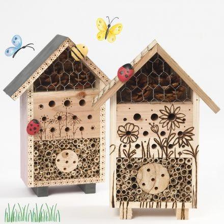Insektenhotel und B&B für Käfer, verziert mit einem Brennstift und bemalt mit Steinen aus der Natur