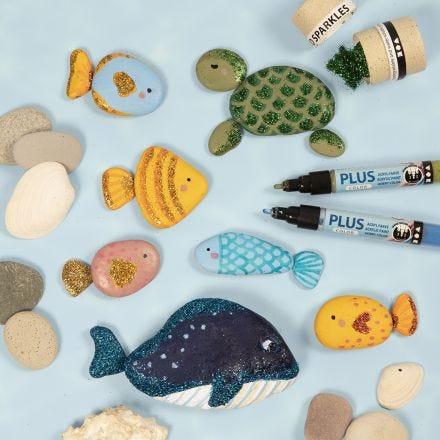 Meerestiere, mit Markern auf Steine gemalt und mit Bio Sparkles verziert