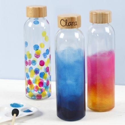 Wasserflaschen, dekoriert mit Glasmalfarbe