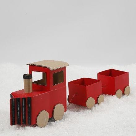 Weihnachtszug aus recycelten Kartons