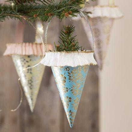 Attraktive Spitztüten zum Aufhängen, gebastelt aus handgemachtem Papier