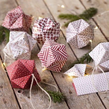 Weihnachtskugeln, gefaltet aus Origami-Papier