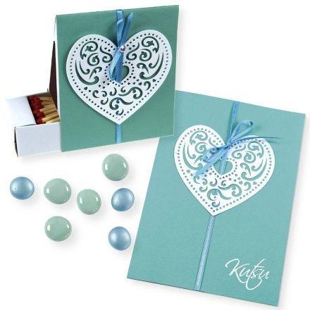 Einladung und Box mit filigranen Papierherzen