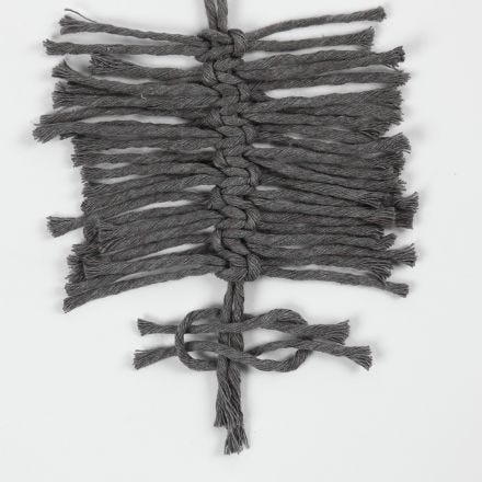 Wie man Macramé-Federn mit quadratischen Knoten kreiert