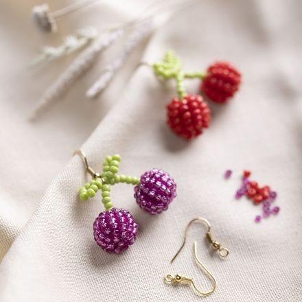 Kirschen-Ohrringe, kreiert aus Rocaille Seed Beads