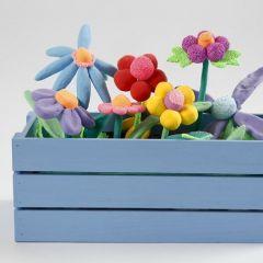 Ein Blumenkasten mit Blumen aus Silk Clay und Foam Clay
