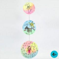 Mobile aus runden Kartonscheiben, gestaltet mit Wasserfarben, Stiften und Stempel-Druck