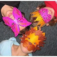 Masken aus festem Karton verziert mit 3D-Liner und A-Color Metallic-Farbe