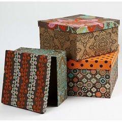Schachteln mit Papier bedeckt