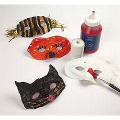 Kunststoffmasken mit Gipsbandagen verschönert