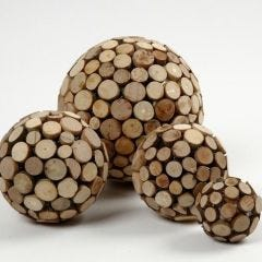 Styroporkugeln, verziert mit Holzscheiben