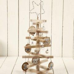 Weihnachtsbaum aus Holzstücken