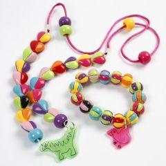 Eine Halskette mit Anhänger aus Schrumpffolie und Herzen