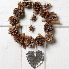 Ein Weihnachtskranz aus Tannenzapfen