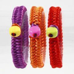 Geflochtene Satinarmbänder mit Kunststoffperlen