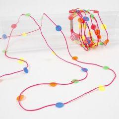 Neonfarbene Macramébänder mit geschmolzenen Perlen