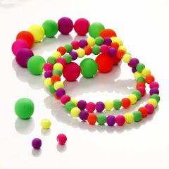 Ein elastisches Armband aus Perlen in Neonfarben