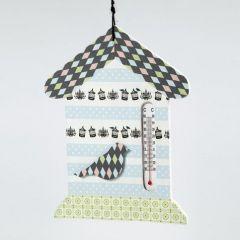 Ein Thermometer in Hausform mit Motiv-Klebeband verziert