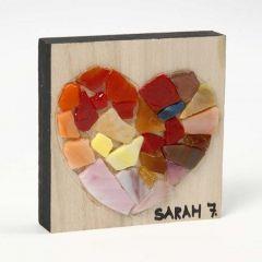 Muster aus Glasmosaik auf Holzplatte