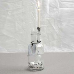 Flasche mit verziertem Kerzenhalter und Metallschild