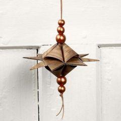 Pyramidenförmiger Stern am Lederband mit Perlen