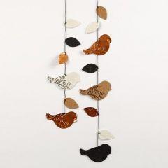 Ein Mobile mit geprägten, ausgestanzten und bedruckten Vögeln