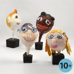 'Ballonköpfe' mit Gesichtern, angefertigt aus Pappmaché-Masse auf Luftballons