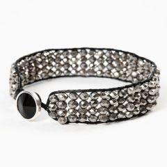 Geknüpftes Armband aus Lederschnüren und facettierten Perlen