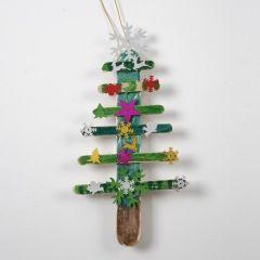 Weihnachtsbaum aus bemalten und dekorierten Eisstielen