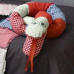 Eine Schlange aus organischer Vivi Gade Baumwolle