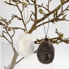 Ostereier zum Aufhängen, geschmückt mit Perlhuhn-Federn