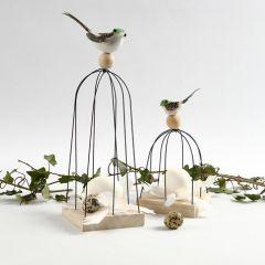 Vogel mit Vogelkäfig aus Draht und Holzsockel