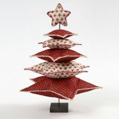 Ein Weihnachtsbaum aus Filzsternen auf einem Metallständer