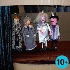 Marionetten aus Holzteilen und Mullbinden