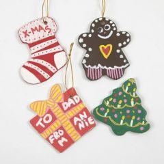Weihnachtsfiguren aus Ton, mit Plätzchenausstechern geformt