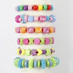Armbänder aus Kunststoffperlen mit farbigem, elastischem Schmuckfaden