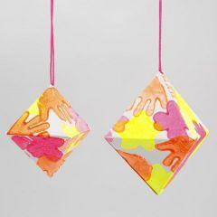 Ein Papier-Diamant mit Neon-Prints