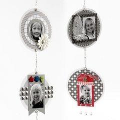 Scrapbooking mit Fotos, Design Papier und dekorativen kleinen Artikeln auf einem Mobile