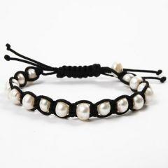 Geflochtenes, schwarzes Armband mit weißen Süßwasserperlen