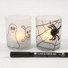 Gefrostete Kerzenhalter mit Spinne und Spinnennetz