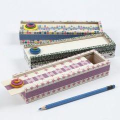 Eine Stifte-Box mit Masking Tape und Holzknöpfen