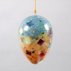 Ein transparentes Ei mit Pailletten- und Glitter-Füllung