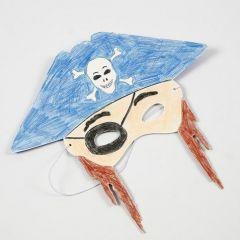 Eine Maske aus Karton, bemalt mit Buntstiften